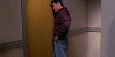 """En esta escena, """"Joey"""" luce unos jeans y una camisa púrpura. Foto:Vía YouTube / Warner Bros"""