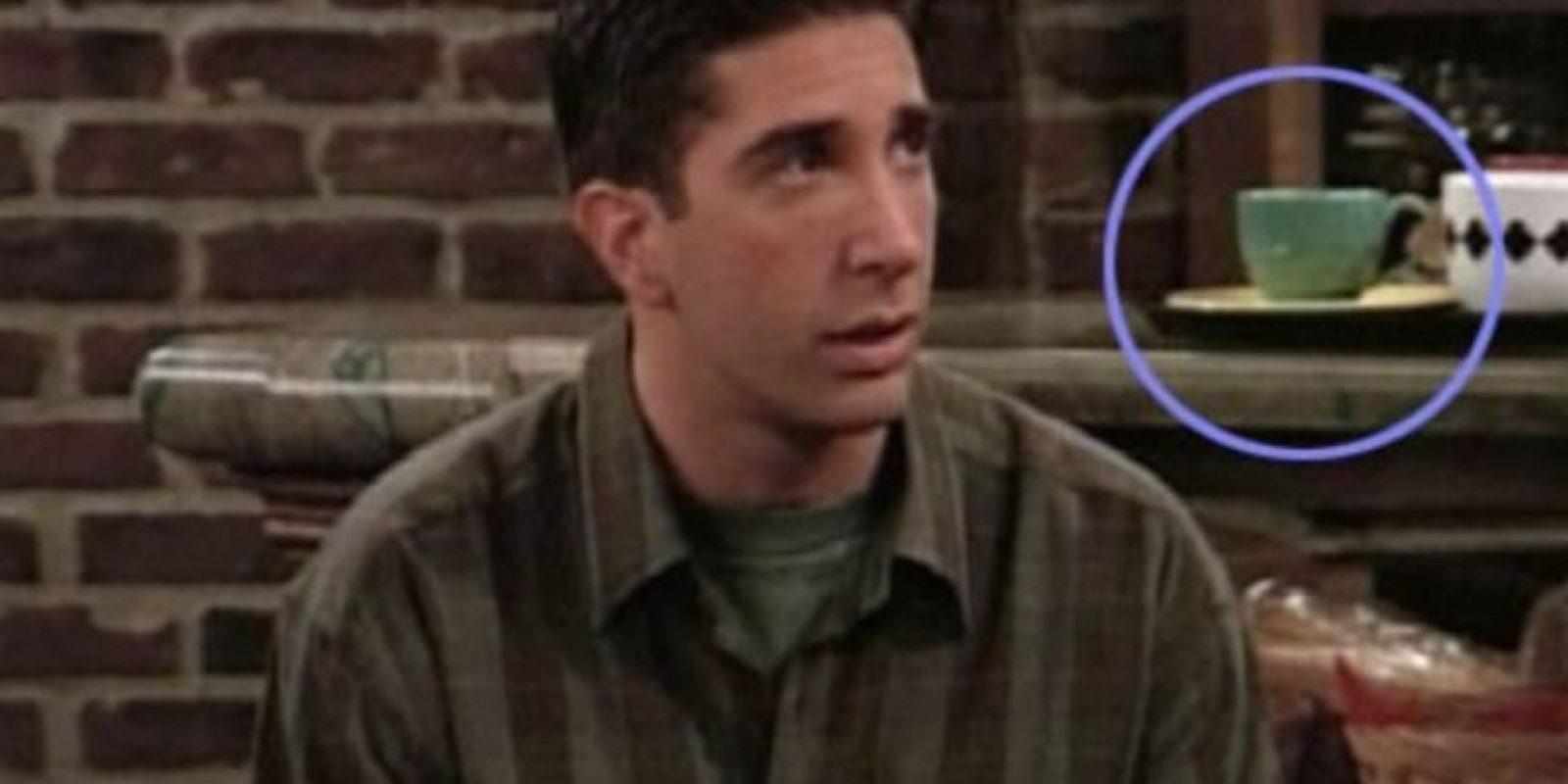 """Aquí, la taza detrás de """"Ross"""" es verde.. Foto:Vía YouTube / Warner Bros"""