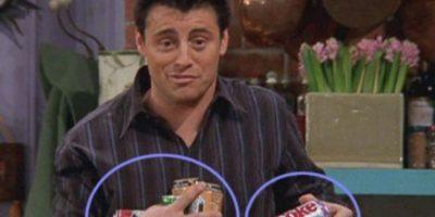"""¿Cuántas bebidas lleva """"Joey"""" en sus manos? Foto:Vía YouTube / Warner Bros"""
