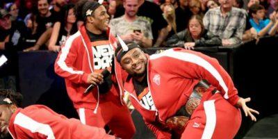 Tiene los cinturones de Campeones de Parejas Foto:WWE