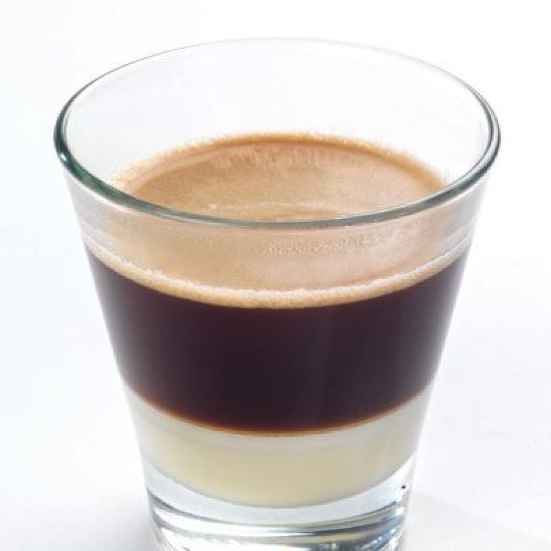 Café Bombón: En tazas o vasitos pequeños transparentes, verter la leche condensada (hasta completar ¼), añade el café ya endulzado, sin remover, hasta completar los ¾ de la taza. Finalmente, si gustas, completa con crema batida.