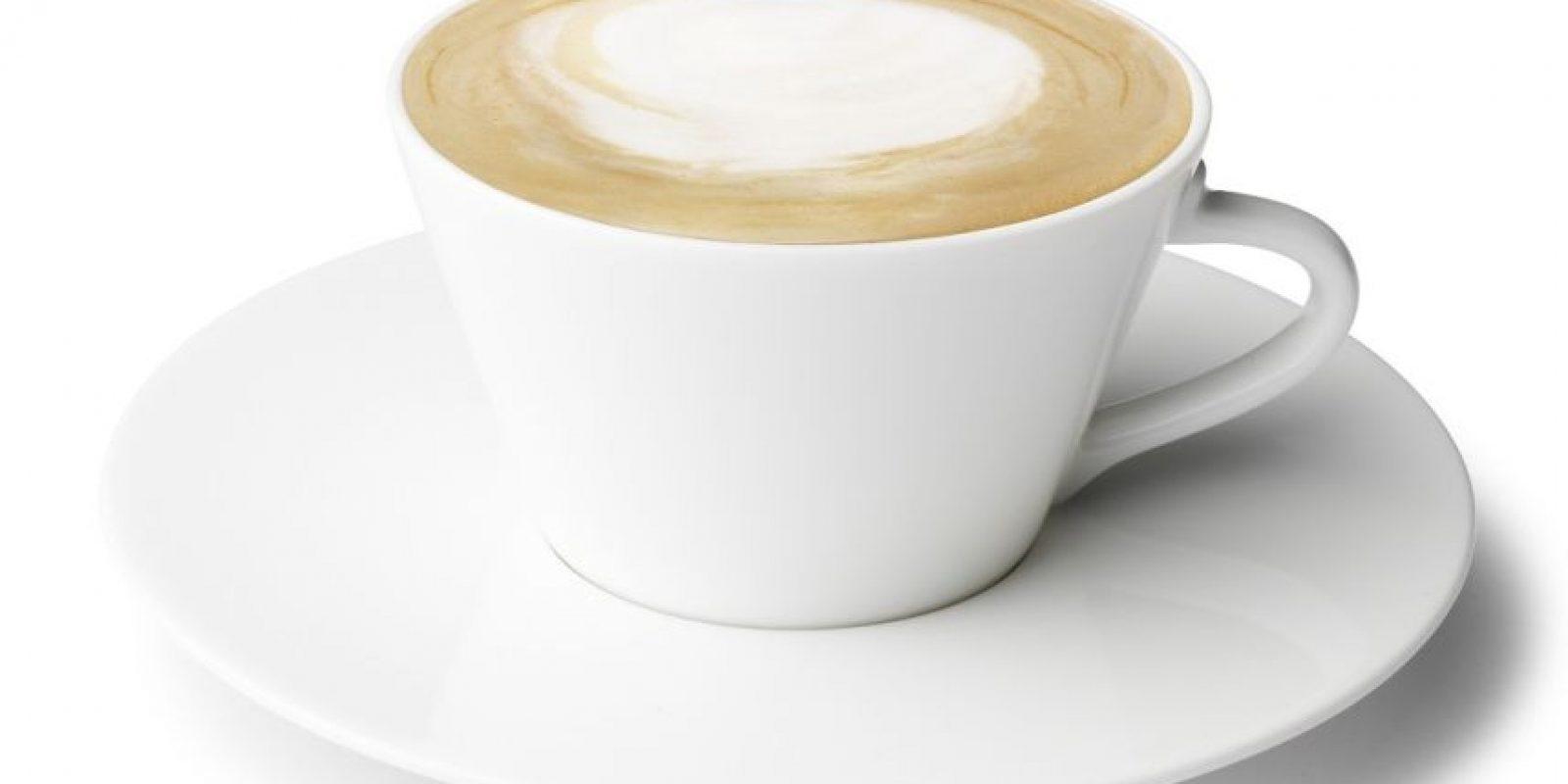 Café Au Lait: Mientras preparas el café, calienta en la estufa igual cantidad de leche. Cuando estén listos, vierte al mismo tiempo el café y la leche en las tazas. Tomar de inmediato.