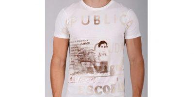 """""""Escobar Henao"""". Sebastián Marroquín creó la línea en 2010. Con esto, el hijo de Pablo Escobar piensa llevar mensajes de paz a través de las prendas. Hay jeans y camisetas con las fotos de su padre y frases pacifistas. Estas oscilan entre 95 y 140 dólares."""