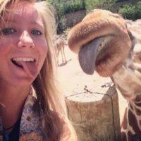 Sacando la lengua con una jirafa. Foto:Vía 3psbyseeker