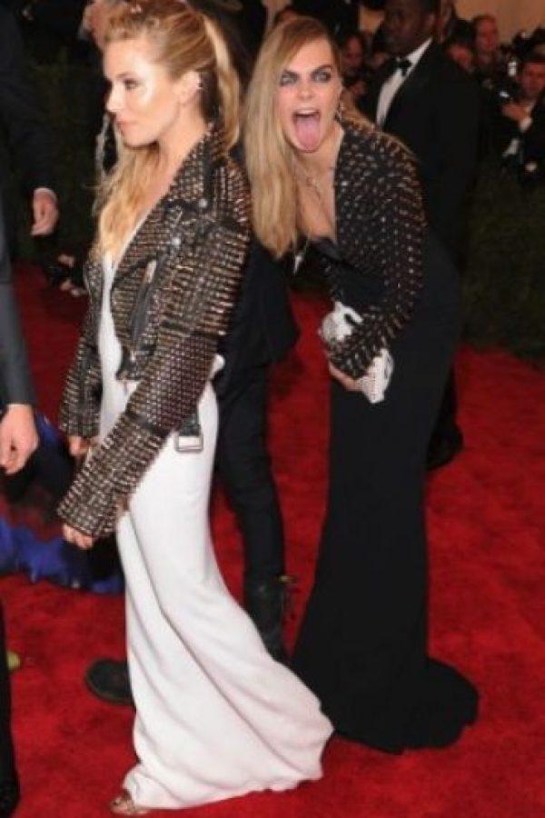 Durante la Gala MET 2013 Cara Delevingne y Sienna Miller se besaron luego del evento, además publicaron sus fotos en Instagram de tan inesperado hecho Foto:Getty Images