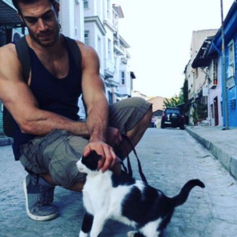Trabaja en California, pero viaja por todo el mundo salvando animales. Foto:Vía Instagram/@dr.evanantin