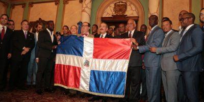 Presidente entrega bandera a equipo representará RD en serie Béisbol del Caribe