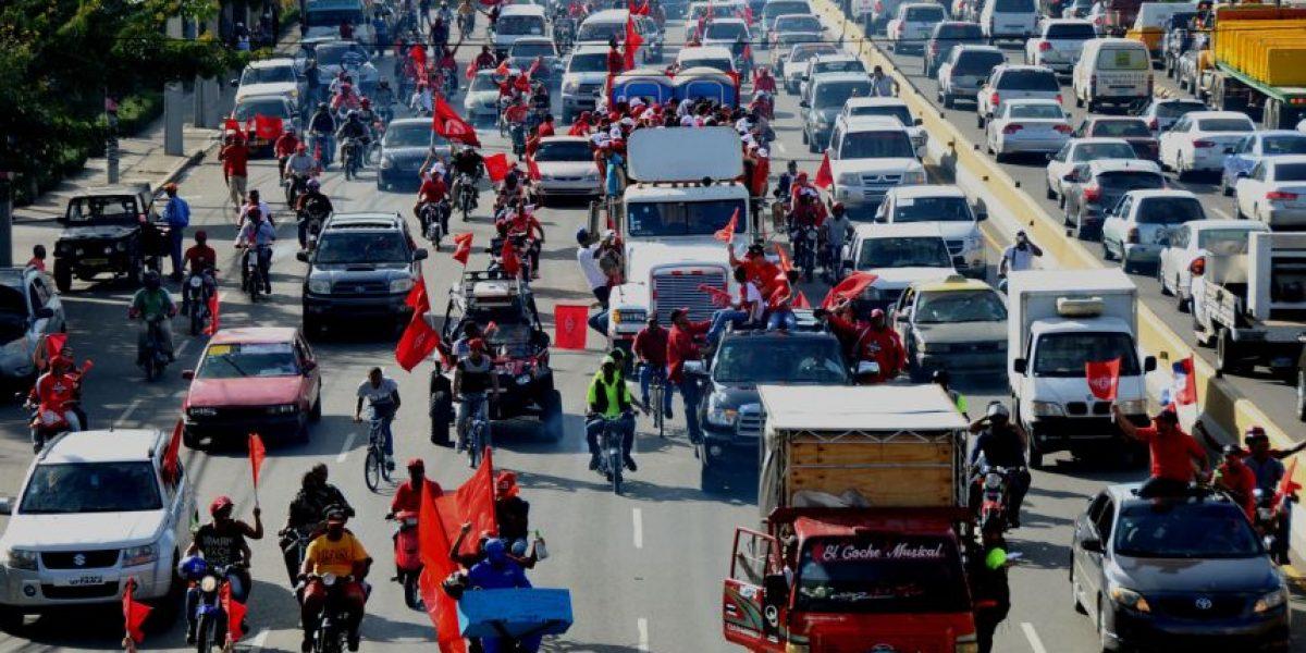 Escogido tiñe de rojo la capital con multitudinaria caravana del triunfo