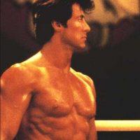 En la cuarta parte se ve cómo el boxeador va hasta Rusia y vence a Drago en una agónica pelea. Foto:vía United Artists