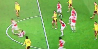 Video: Absurda y fuerte barrida a su propio compañero en la Premier League