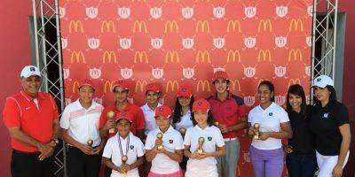 El presidente de la FEDOGOLF, Rafael Villalona y parte del equipo de mercadeo de McDonald's premian a diferentes niños en la 5ta Parada Juvenil. Foto:Fuente Externa