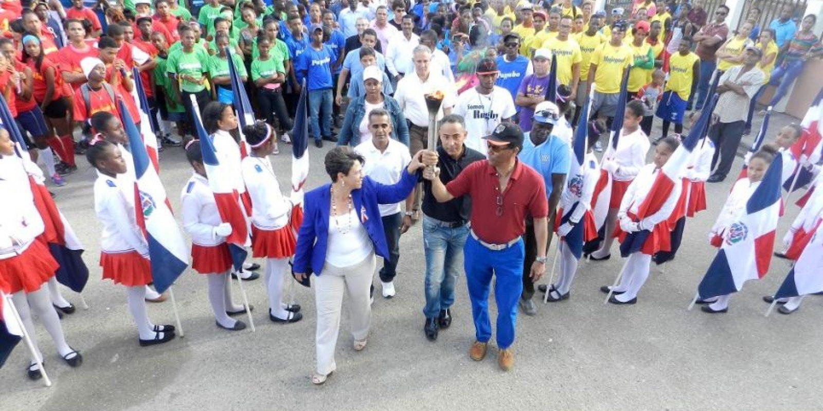 La alcaldesa Bertilia Fernández y el inmortal del deporte dominicano Fidel Mejía sostienen la antorcha de los Juegos Municipales en el marco del acto de apertura. Foto:Fuente Externa