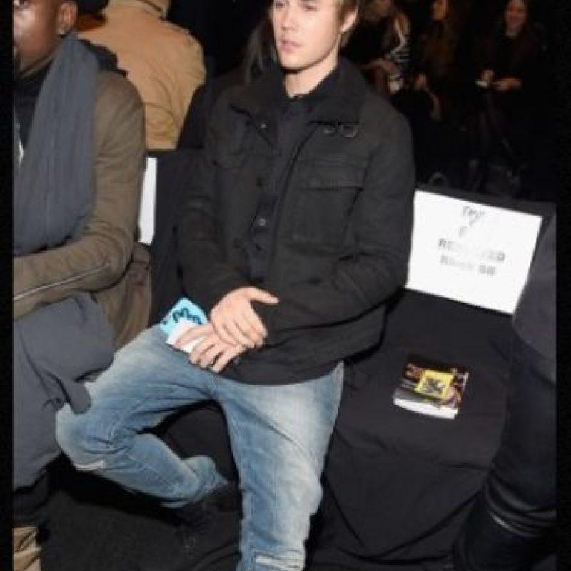 En 2011, cuando tenía solo 17 años, Justin Bieber se hizo la prueba de paternidad para demostrar que no era el pafre del hijo de Mariah Yeater, de 20 años en ese entonces. Yeater alegó que Bieber perdió su virginidad con ella tras bastidores en Los Ángeles. Sin embargo, el canadiense dijo no conocerla. Un par de semanas después, la joven retiró la demanda, ya que ella saldría más perjudicada, pues las leyes de California advierten que la edad para tener relaciones sexuales es a los 18, por lo tanto, su encuentro con Justin se consideraba violación. Foto:Getty Images