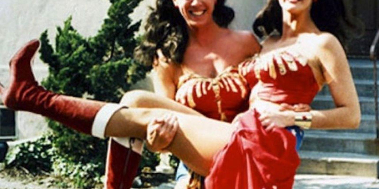 Lynda Carter y su doble Jeannie Epper Foto:Vía vintage-visuals.tumblr.com/