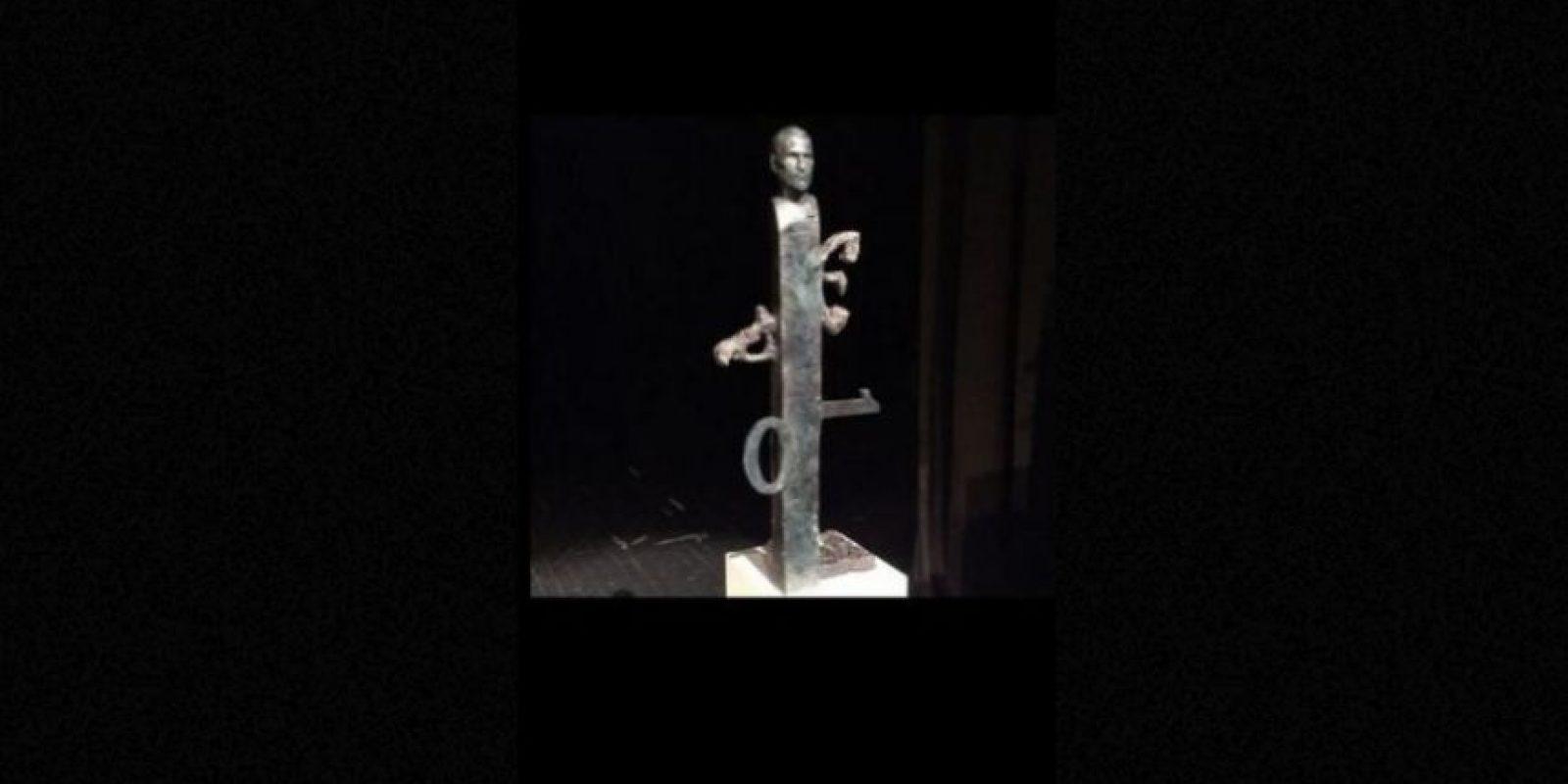 Esta escultura también rinde homenaje al creativo, aunque no deja de ser muy extraña. Foto:Vía Tumblr.com
