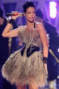Rihanna en vestido de patinadora artística con montones de plumas desperdiciadas. Foto:vía Getty Images