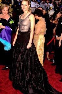 Gwyneth Paltrow con un vestido que le hacía ver el pecho caído y la figura pesada. Foto:vía Getty Images