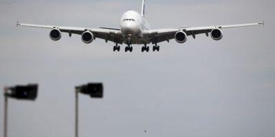Explosión en avión obliga a realizar aterrizaje de emergencia