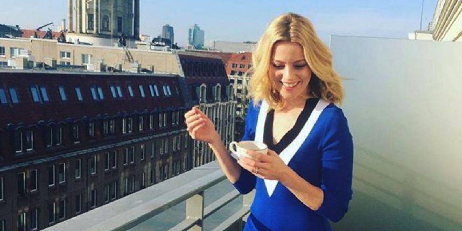"""La actriz es conocida por interpretar a """"Effie Trinket"""" en la saga """"Los juegos del hambre"""" Foto:Vía facebook.com/elizabethbanksitsreallyme"""