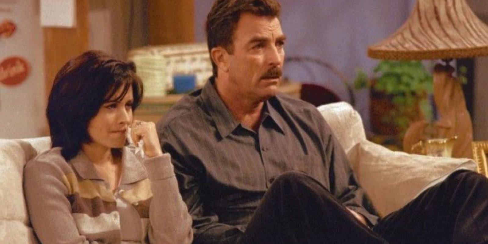 """Tom Selleck. Interpretó al """"Dr. Richard Burke"""", el mejor amigo del padre de """"Mónica"""", con quien mantuvo una de sus relaciones más serias. Foto:Warner"""