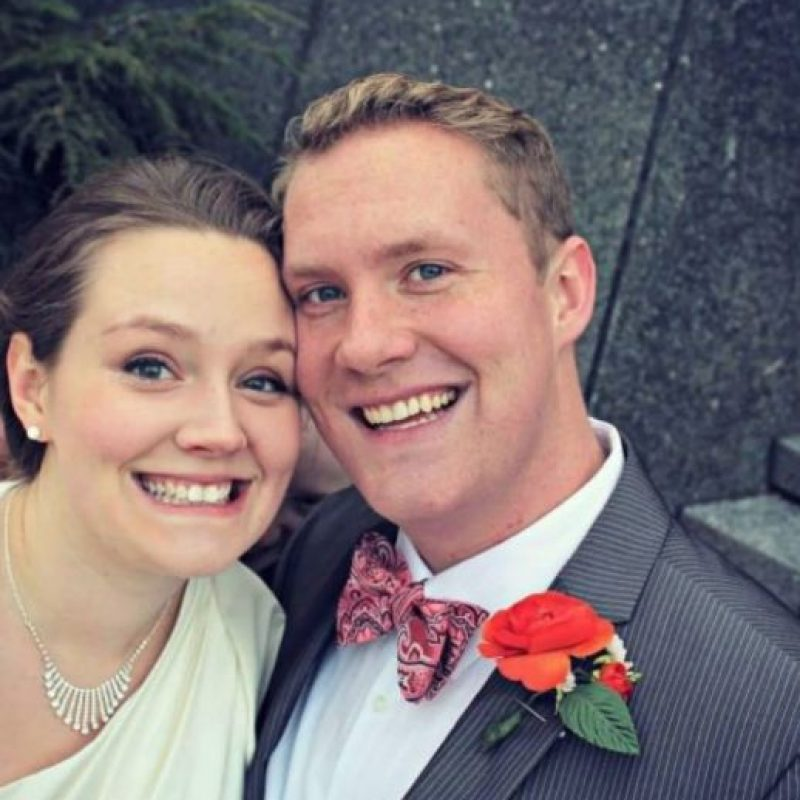 """Sin embargo, esta pareja ni siquiera se dio cuenta de la """"presencia"""" de un extraño cuando se tomaron una fotografía durante el día de su matrimonio. Foto:vía Imgur"""
