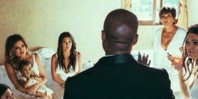 Por su parte, el novio llevó un traje hecho a mano por diseñadores de Givenchy. Foto:Vía instagram.com/kimkardashian