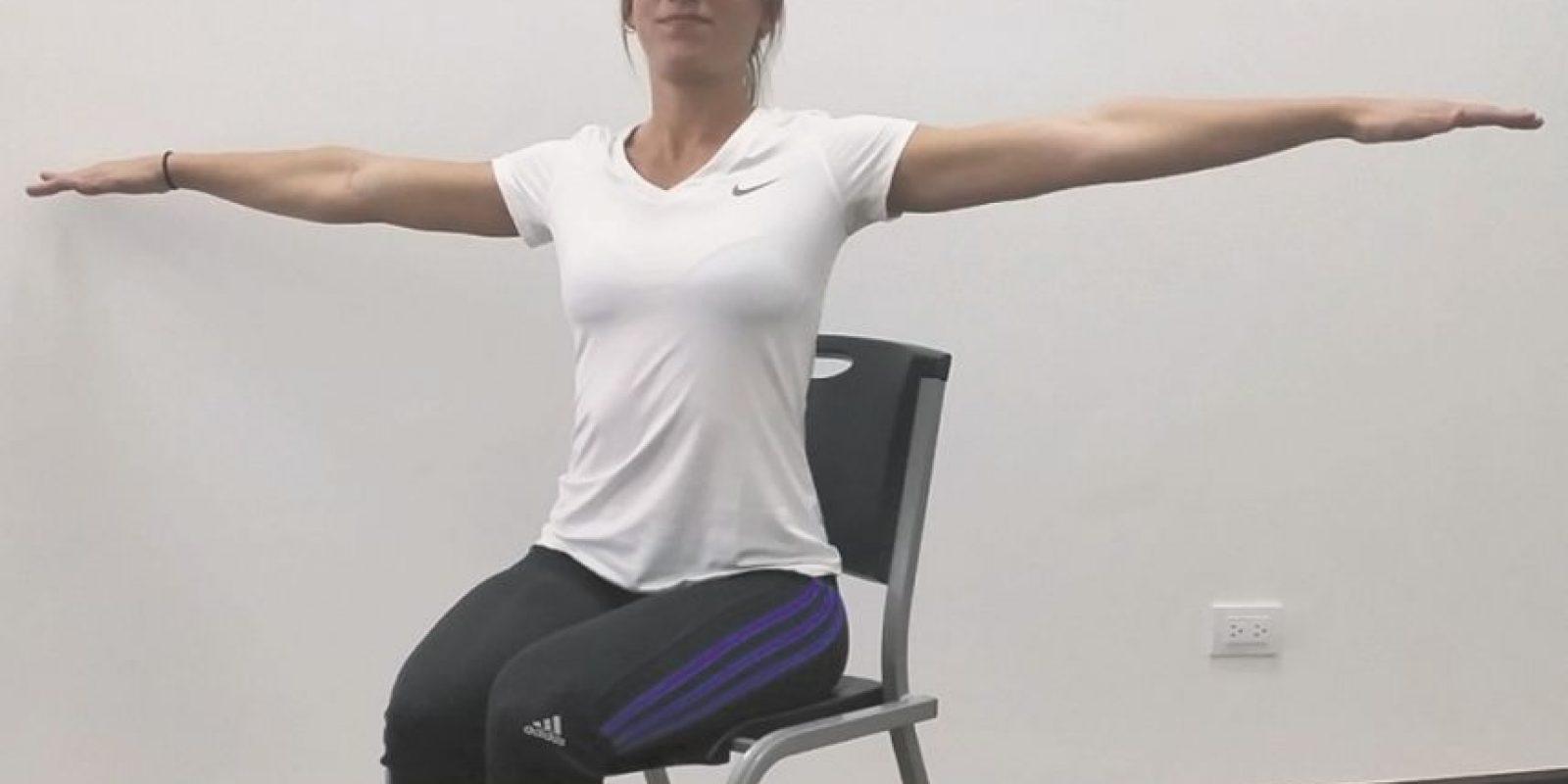4- Hombros. Levantamos los brazos al nivel de los hombros y los movemos en círculos 20 veces. Cuando acabamos, los mantenemos arriba por 20 segundos y los movemos hacia el otro lado 20 veces más. Repetimos tres veces. Foto:Fuente Externa
