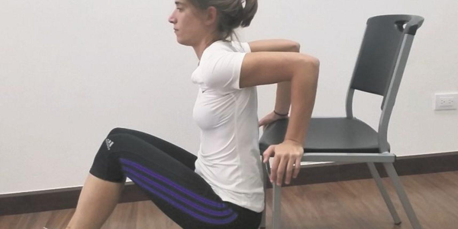 2- Tríceps. Apoyamos las manos sobre la silla con los glúteos casi pegados de la punta de la misma. Bajamos los glúteos lo más que nos permita nuestro cuerpo. Subimos y repetimos 15 veces. Descansamos 30 segundos y repetimos el ejercicio tres veces. Foto:Fuente Externa