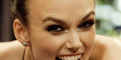 Keira Knightley sigue sonriendo así hasta la fecha. Y así y todo ha protagonizado campañas de moda y belleza. Foto:vía Getty Images