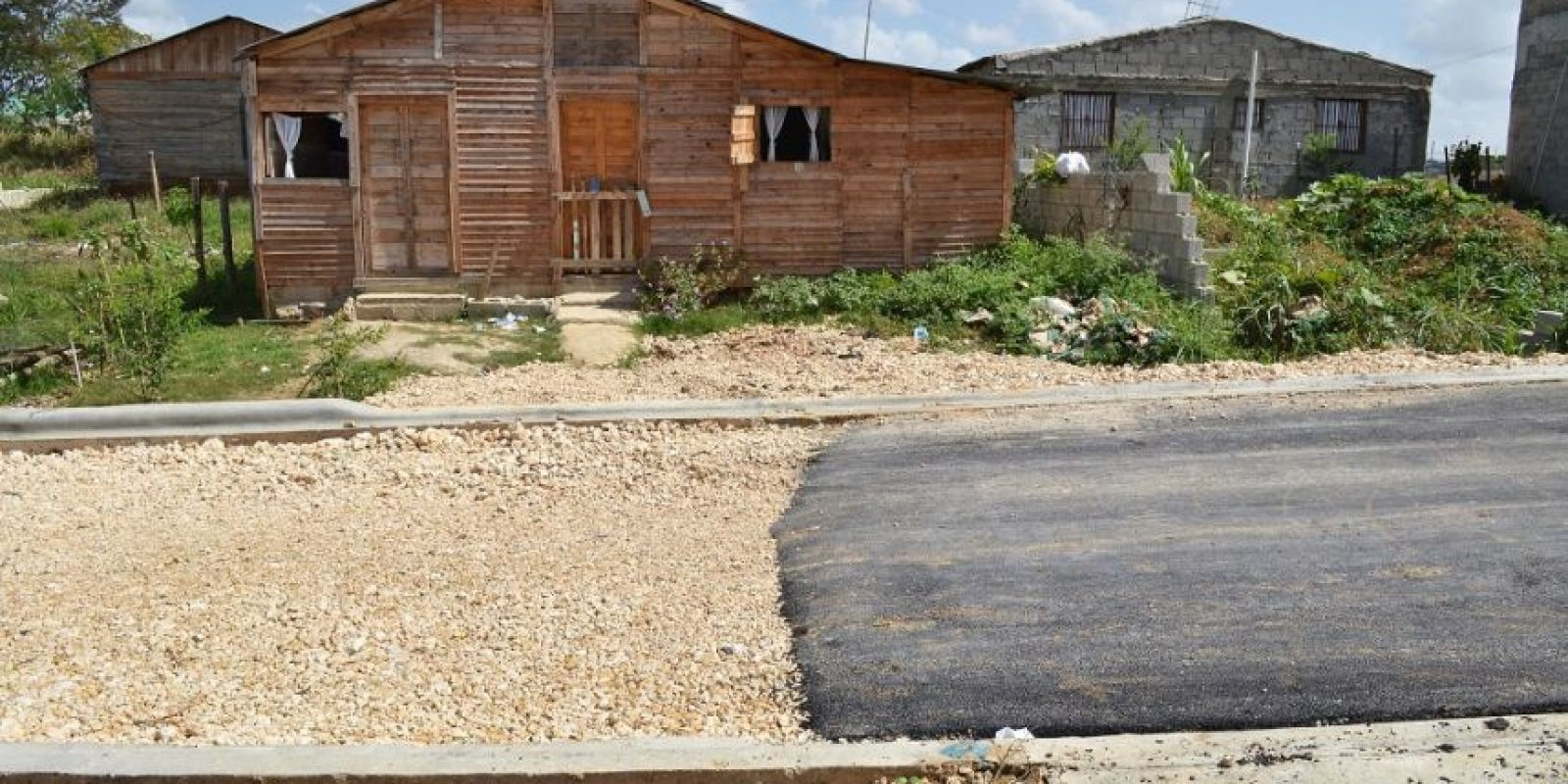La calle que lleva al nuevo liceo sólo tiene una capa de asfalto hasta 50 metros más allá del inmueble. Foto:Mario de Peña