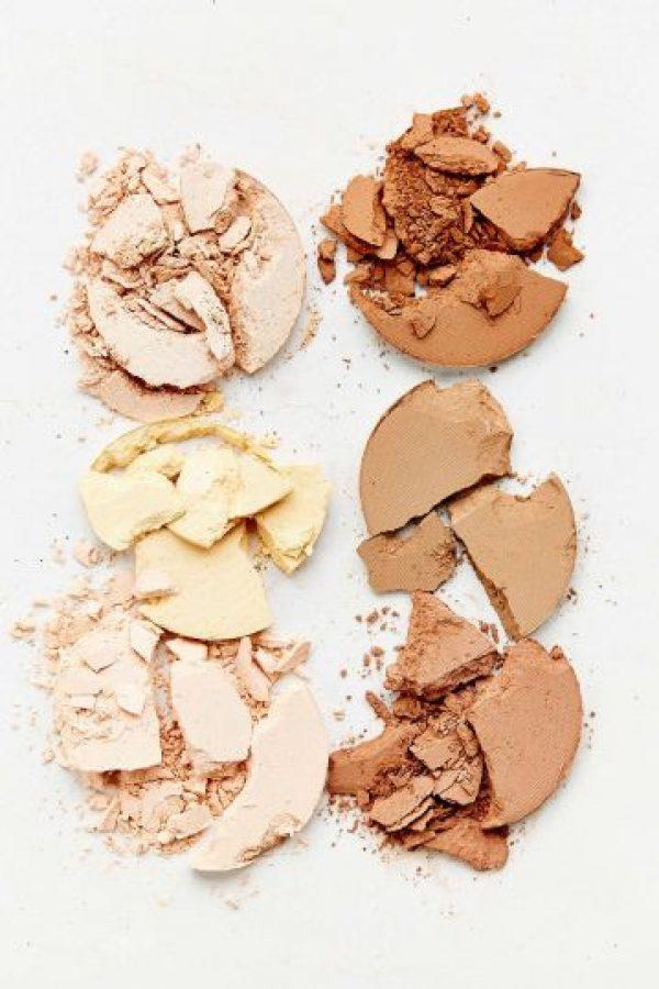 Para la piel: Para que tu piel luzca hermosa, necesitarás un protector solar y un humectante para tu tipo de piel o un primer o pre-base. Estos son pasos indispensables para que tu maquillaje quede bien. Una vez tengas la piel lista, empieza la verdadera acción. Debes tener una base de cobertura ligera (para una apariencia natural), un corrector para disimular ojeras y cubrir imperfecciones y unos polvos traslúcidos. Foto:Fuente Externa