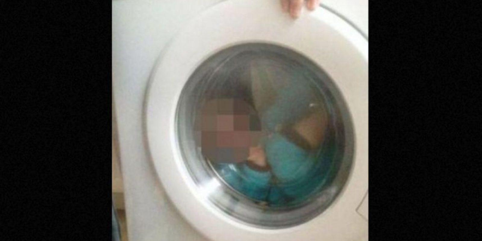 Courtney Stewart, de 21 años, fue atacada por publicar una foto de su bebé de dos años a Facebook, mientras el pequeño se encontraba dentro de la lavadora Foto:Facebook.com