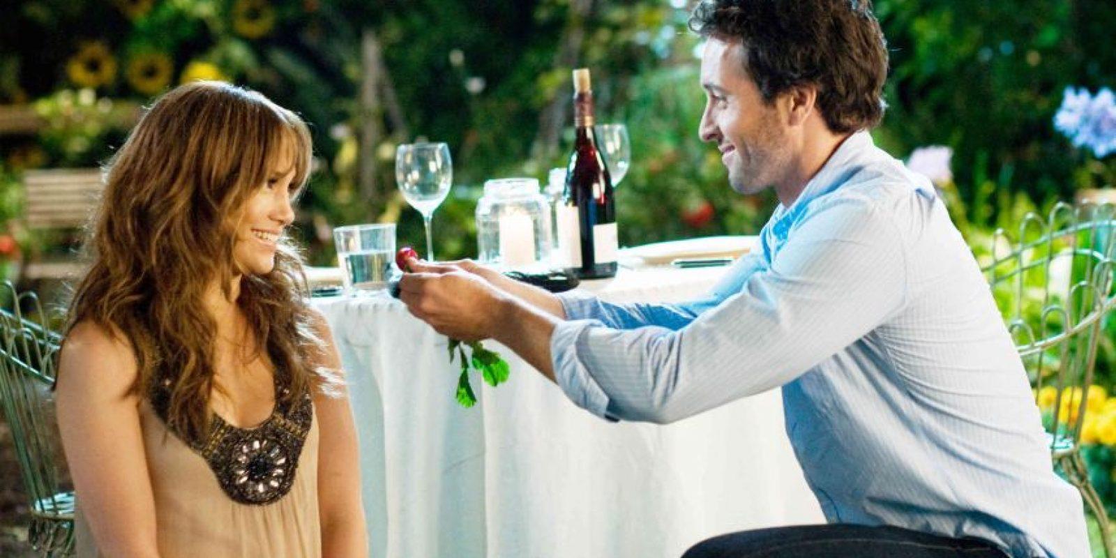 Zoe (Jennifer López) y Stan (Alex O'Loughlin) en una cita romántica en un jardín, escena de la película Plan B Foto:Fuente Externa