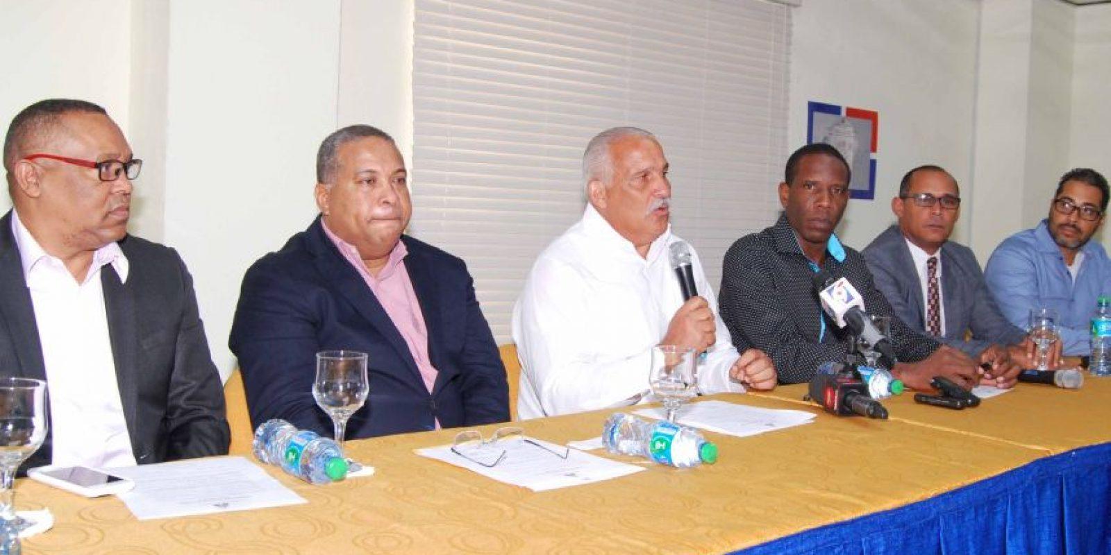 El ministro Jaime David Fernández Mirabal, Héctor –Tito- Pereyra y Gardy Cyriaque Prophete firman el acurdo. Foto:Fuente Externa