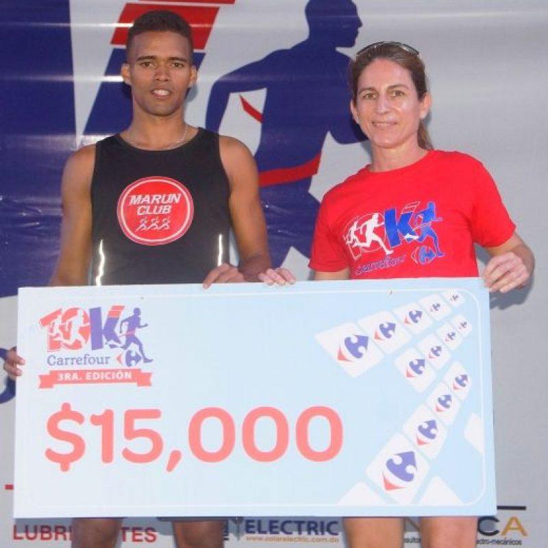 Pedro Herrera, recibe su premio metálico, entrega Karine Noetinger, ejecutiva de Carrefour. Foto:Fuente Externa