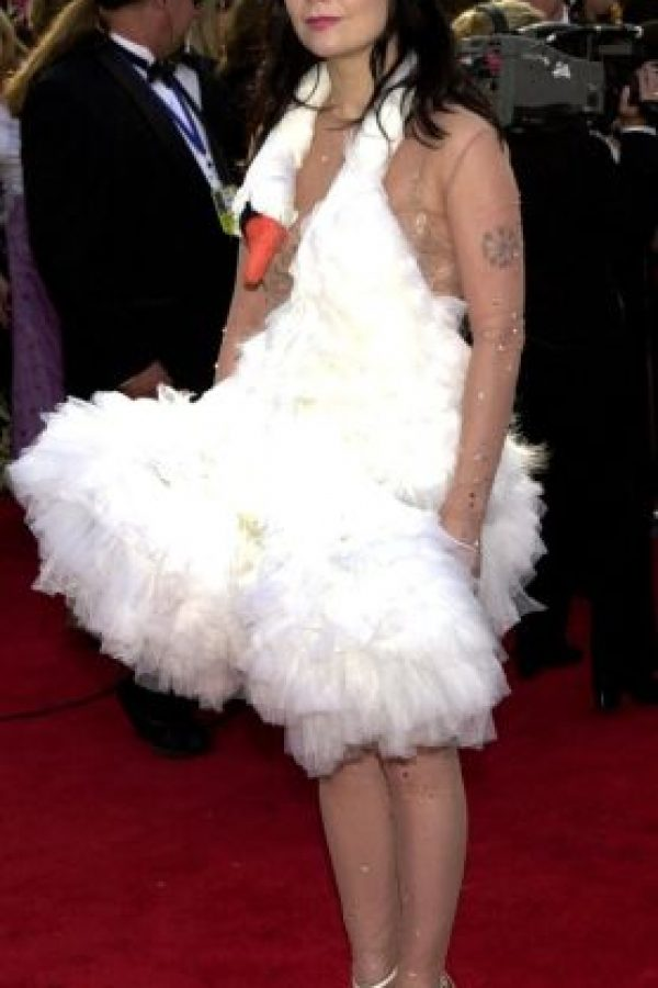 Björk en los Oscar de 2001, disfrazada de cisne. El vestido causó tanto revuelo, que tiene su propia categoría en Wikipedia. Foto:vía Getty Images