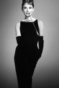 """Audrey Hepburn en """"Desayuno en Tiffany's"""", se convirtió en ícono eterno de moda con un look clásico y ultra elegante diseñado por Givenchy. Foto:vía Getty Images"""