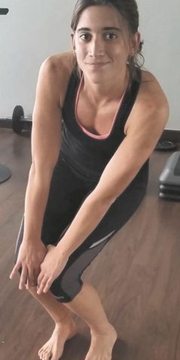 Rodillas: Colocando las manos sobre las rodillas, con los glúteos un poco para abajo, movemos las rodillas en forma de círculo, contamos 10 veces, y repetimos para el otro lado.Tobillos: Colocando el pie en punta, movemos el pie en forma de círculo, realizamos 10 veces para un lado y 10 para el otro. Hacemos lo mismo con el otro pie. Esta rutina te debe tomar unos 10 minutos hacerla.Realiza estos ejercicios y te sentirás mejor mientras y después de cualquier actividad física. Foto:MetroRD
