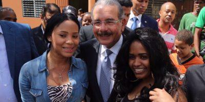 Danilo Medina encabeza caravana por barrios de Santiago