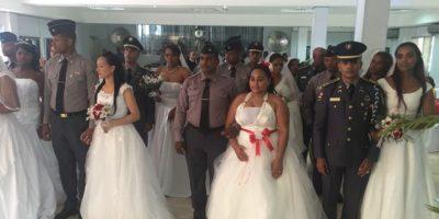 Quince miembros de la Policía contraen matrimonio en boda colectiva