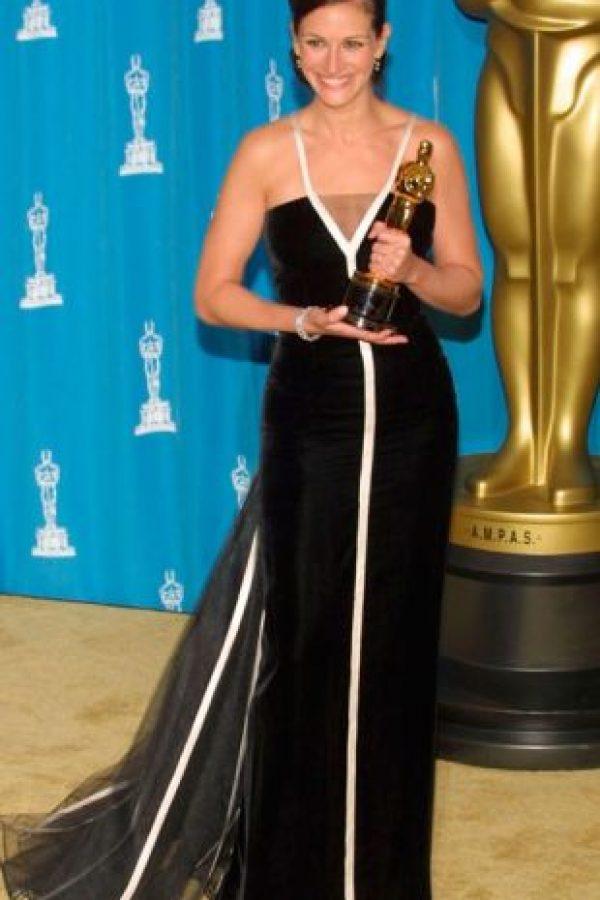 Julia Roberts, resumiendo la moda de comienzo de 2000 con su Valentino blanco y negro. Foto:vía Getty Images