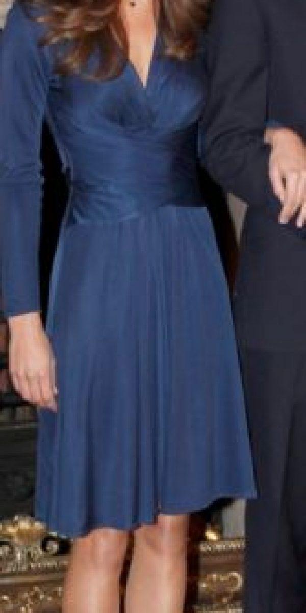 El famoso vestido azul de compromiso de Kate Middleton en 2011. Foto:vía Getty Images