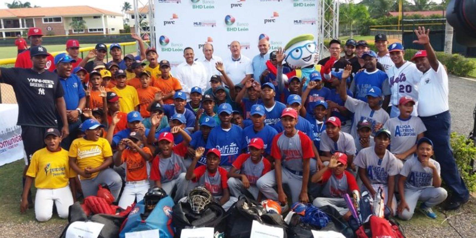 Representantes de los donantes junto a las primeras ligas beneficiadas. Foto:Fuente externa