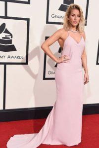 Ellie Goulding en rosa cuarzo, aunque el vestido parece enorme. Foto:vía Getty Images