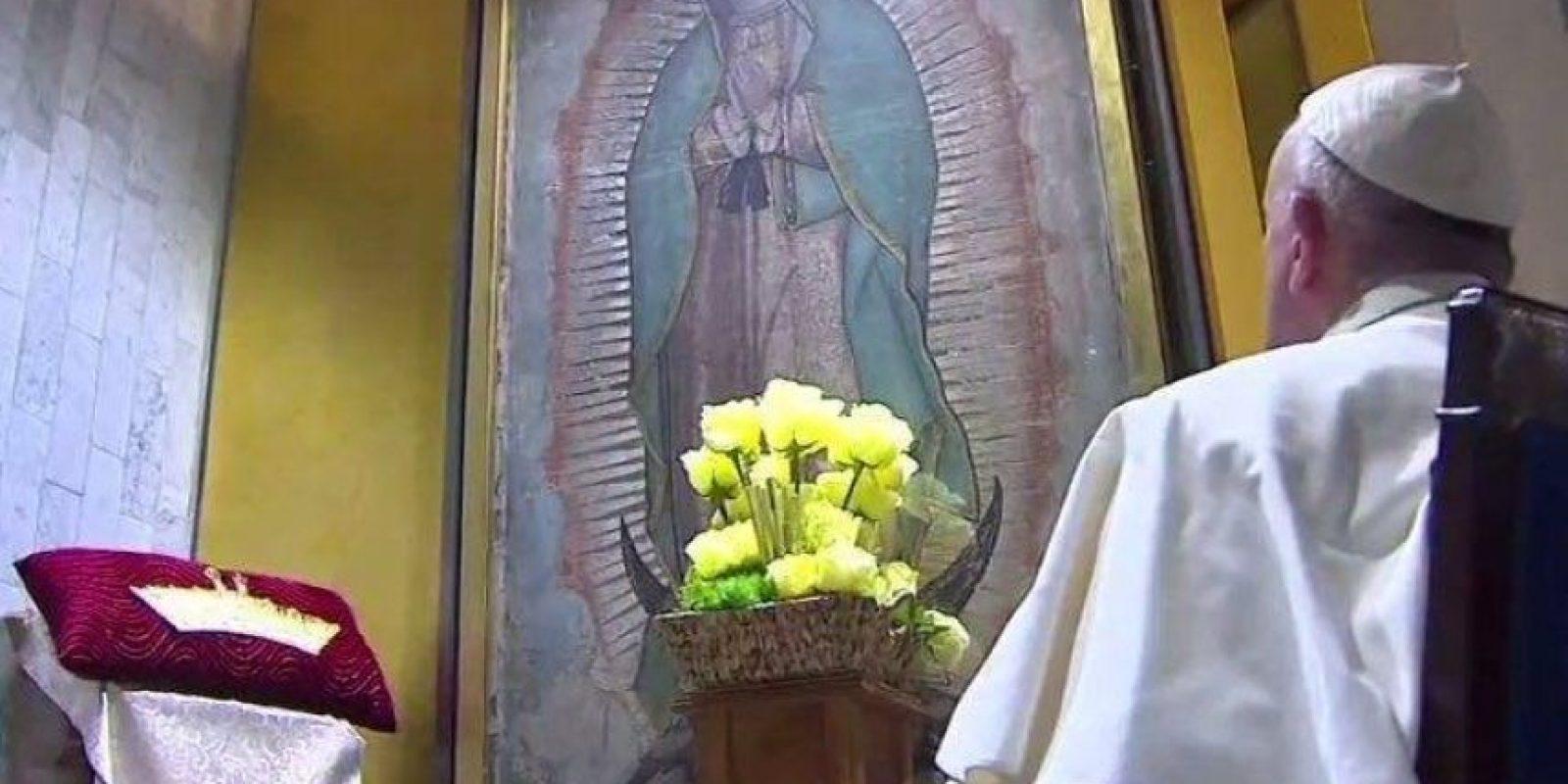 5- Basílica. Rezo guadalupano. El Papa Francisco rezó en silencio frente a la imagen de la Virgen de Guadalupe. También le regaló una diadema de plata, luego de haber oficiado una misa en la Basílica de Guadalupe ante cientos de fieles. Foto:Nicolás Corte, cuartoscuro, Notimex y facebook