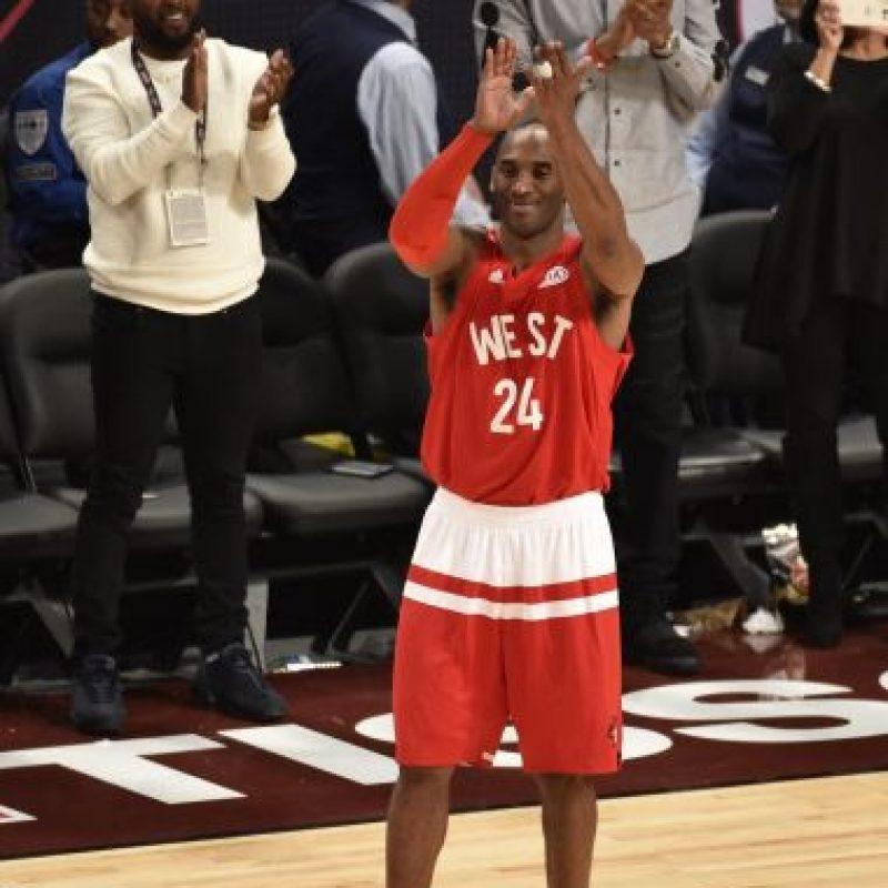 1- Kobe Bryant en su último vuelo en el Juego de Estrellas de la NBA. Los reconocimientos llenaron el último vuelo de Kobe Bryant en el Juego de Estrellas de la NBA, incluido la colección de 30 pares de tenis que le regaló Michael Jordan, quien fue el ídolo de siempre de la leyenda de Los Ángeles.La estrella de los Lakers estuvo en su selección número 18 en forma consecutiva del juego de Estrellas, y en 16 de estas ocasiones fue señalado para formar parte de los titulares de Conferencia del Oeste, marca de todos los tiempos en este evento de mitad de temporada.Bryant marcó 10 tantos con 6 rebotes y 7 asistencias y fue objeto de ovaciones por parte del público en Toronto, pero sobre todo de la muestra de respeto de sus colegas jugadores, quienes mostraron su admiración a quien en su momento fue la máxima figura de la NBA. Foto:Fuente Externa