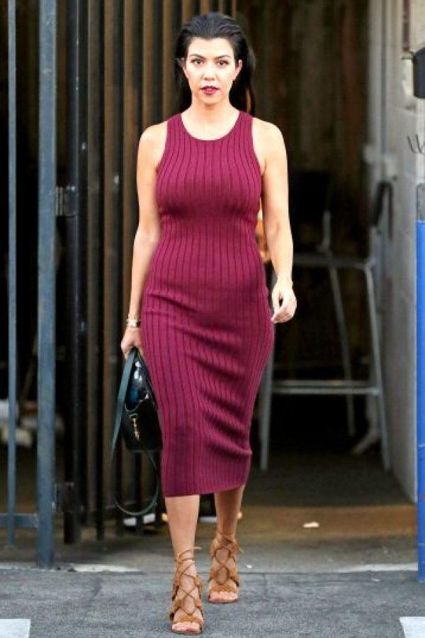Kourtney Kardashian. A pesar de tener tres hijos, la mayor de las famosas hermanas luce un abdomen envidiable. Foto:Fuente Externa