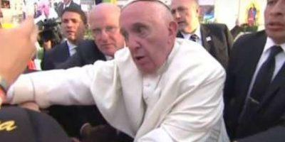 """Lo que desató la ira del Pontífice, quien le gritó: """"No seas egoísta"""". Foto:YouTube.com – Archivo"""