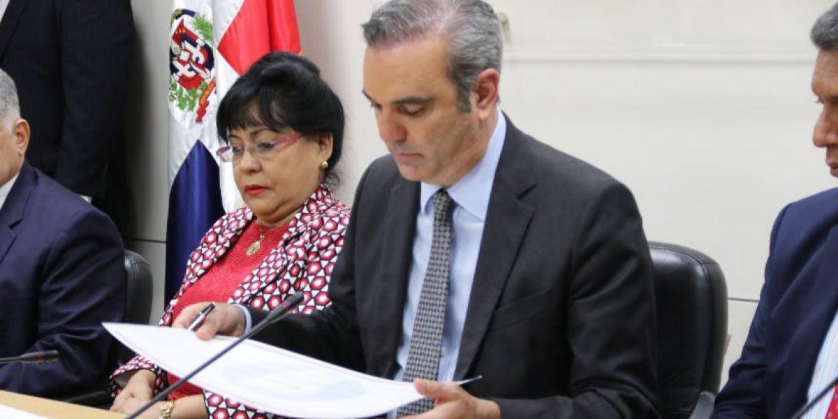 Abinader suscribe compromiso ético y transparente para ejercicio público