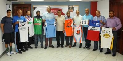 Equipos presentan nómina de jugadores y uniformes para el torneo de basket distrital